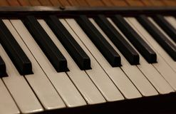 Sluit omhoog oud uitstekend pianotoetsenbord Royalty-vrije Stock Foto