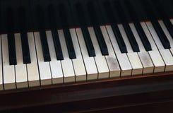 Sluit omhoog oud uitstekend pianotoetsenbord Royalty-vrije Stock Afbeelding