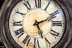 Sluit omhoog oude antieke klassieke klok Concept tijd, geschiedenis, wetenschap, geheugen, informatie Retro stijl stock fotografie