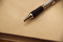 Sluit omhoog Pen op papier, met exemplaarruimte voor tekst Stock Afbeeldingen