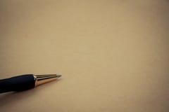 Sluit omhoog Pen op papier, met exemplaarruimte voor tekst Royalty-vrije Stock Afbeelding