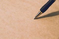 Sluit omhoog Pen op papier, met exemplaarruimte voor tekst Royalty-vrije Stock Afbeeldingen