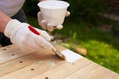 Sluit omhoog penseel in mannelijke hand royalty-vrije stock afbeelding