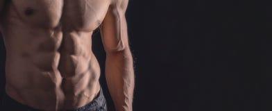 Sluit omhoog perfecte abs Sexy spier mannelijk torso zes pakken royalty-vrije stock afbeelding