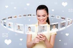Sluit omhoog persone van de fotogebruiker zij haar aandeel van de dametelefoon repost zoals de pagina van klikbrieven vele vriend royalty-vrije illustratie