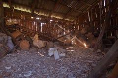 Sluit omhoog piture van het hakken van brandhout, de foto van het land met hout en bijl stock foto's