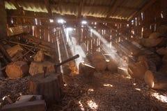 Sluit omhoog piture van het hakken van brandhout, de foto van het land met hout en bijl royalty-vrije stock afbeeldingen