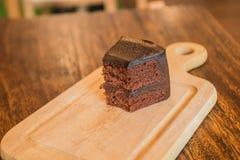 Sluit omhoog Plak van chocoladecake op houten lijst Royalty-vrije Stock Afbeelding