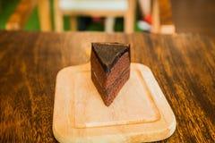 Sluit omhoog Plak van chocoladecake op houten lijst Stock Afbeelding