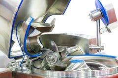 Sluit omhoog Ploegschaar of blad van Geavanceerd technisch en multifunctioneel automatisch voedsel makend machine voor industriee royalty-vrije stock foto