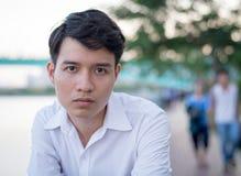 Sluit omhoog portret, beklemtoonde jonge mens Stock Afbeelding