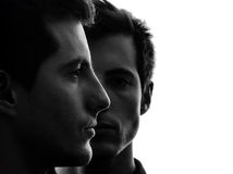Sluit omhoog portret twee de vriendensilhouet van de mensen tweelingbroer Royalty-vrije Stock Afbeeldingen