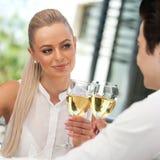 Leuk paar die een toost met witte wijn maken, Stock Afbeelding