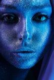 Sluit omhoog portret van aantrekkelijke vrouw met blauwe bodyart Royalty-vrije Stock Foto's