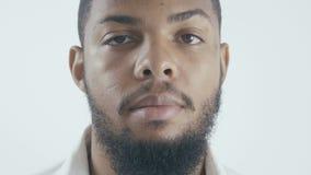 Sluit omhoog portret van Afrikaanse Amerikaanse zakenman in wit overhemd bij witte achtergrond stock videobeelden
