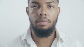 Sluit omhoog portret van Afrikaanse Amerikaanse zakenman in wit overhemd bij witte achtergrond stock footage