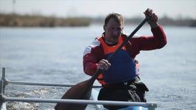 Sluit omhoog portret van Atleet het roeien op de rivier in een kano Het roeien, canoeing, het paddelen Opleiding kayaking E stock videobeelden
