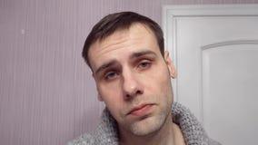 Sluit omhoog portret van de ernstige mens met strikte uitdrukking kijkt direct in camera met zekere blik Mannelijke zaken stock video