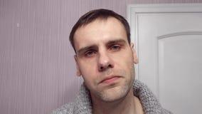 Sluit omhoog portret van de ernstige mens met strikte uitdrukking kijkt direct in camera met zekere blik Mannelijke zaken stock footage