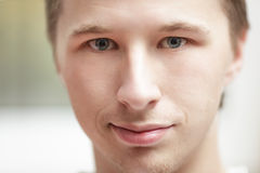 Sluit omhoog portret van de jonge mens royalty-vrije stock fotografie