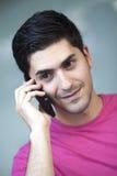 Sluit omhoog portret van de jonge mens die op telefoon spreken Royalty-vrije Stock Afbeeldingen