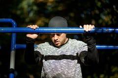 Sluit omhoog portret van de sterke actieve mens met geschikt spierlichaam Het doen van trainingoefeningen royalty-vrije stock afbeeldingen