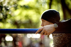 Sluit omhoog portret van de sterke actieve mens met geschikt spierlichaam Het doen van trainingoefeningen Sporten en fitness conc stock foto