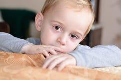Sluit omhoog portret van droevig weinig jongen Royalty-vrije Stock Afbeelding