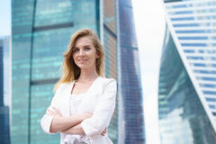 Sluit omhoog portret van een bedrijfsvrouw openlucht Royalty-vrije Stock Afbeelding