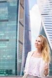 Sluit omhoog portret van een bedrijfsvrouw openlucht Royalty-vrije Stock Afbeeldingen