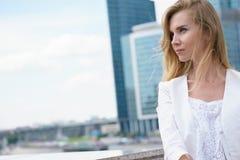 Sluit omhoog portret van een bedrijfsvrouw openlucht Royalty-vrije Stock Fotografie