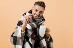 Sluit omhoog portret van een gelukkige die mens in een deken wordt verpakt royalty-vrije stock afbeeldingen