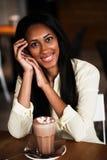 Sluit omhoog portret van een gelukkige jonge Afrikaanse Amerikaanse vrouw met c royalty-vrije stock foto's