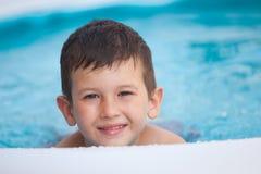Sluit omhoog portret van een glimlachende jonge jongen in de pool Het concept van vakanties stock foto's