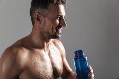 Sluit omhoog portret van een glimlachende rijpe shirtless sportman Stock Fotografie