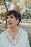Sluit omhoog portret van een hogere vrouw in het park stock foto's