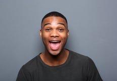 Sluit omhoog portret van een jonge mens die grappig gezicht maakt Royalty-vrije Stock Foto's