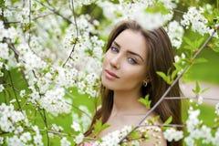 Sluit omhoog portret van een mooi jong meisje op de achtergrond van Stock Foto's