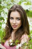 Sluit omhoog portret van een mooi jong meisje op de achtergrond van Royalty-vrije Stock Foto's