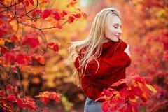 Sluit omhoog portret van een Mooi meisje dichtbij kleurrijke de herfstbladeren royalty-vrije stock afbeelding