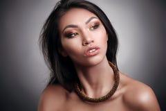 Sluit omhoog portret van een mooie Afrikaanse mannequin die een opvallende ethncs halsband dragen stock afbeelding