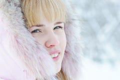 Sluit omhoog portret van een mooie blonde jonge vrouw in de winter Stock Afbeelding