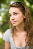 Sluit omhoog portret van een mooie jonge brunette. Royalty-vrije Stock Fotografie