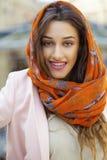 Sluit omhoog portret van een moslim jonge vrouw die een hoofdsjaal dragen royalty-vrije stock afbeelding