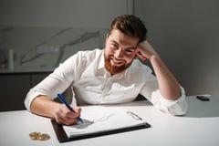 Sluit omhoog portret van een tevreden jonge zakenman Royalty-vrije Stock Afbeelding