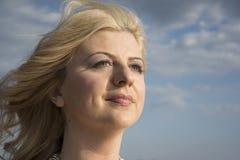Sluit omhoog portret van een vrouw terwijl wind het blazen Royalty-vrije Stock Foto