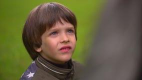 Sluit omhoog portret van een zeer leuke jonge jongen die zeepbels vangt Slow-motion stock footage