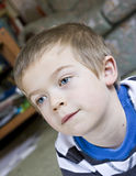 Sluit omhoog portret van een zes éénjarigenjongen stock foto