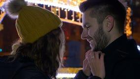 Sluit omhoog portret van gelukkig jong paar bij Kerstmismarkt stock video
