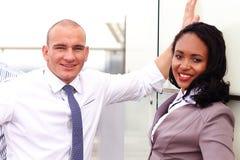 Sluit omhoog portret van gelukkige Afrikaanse onderneemster royalty-vrije stock afbeelding